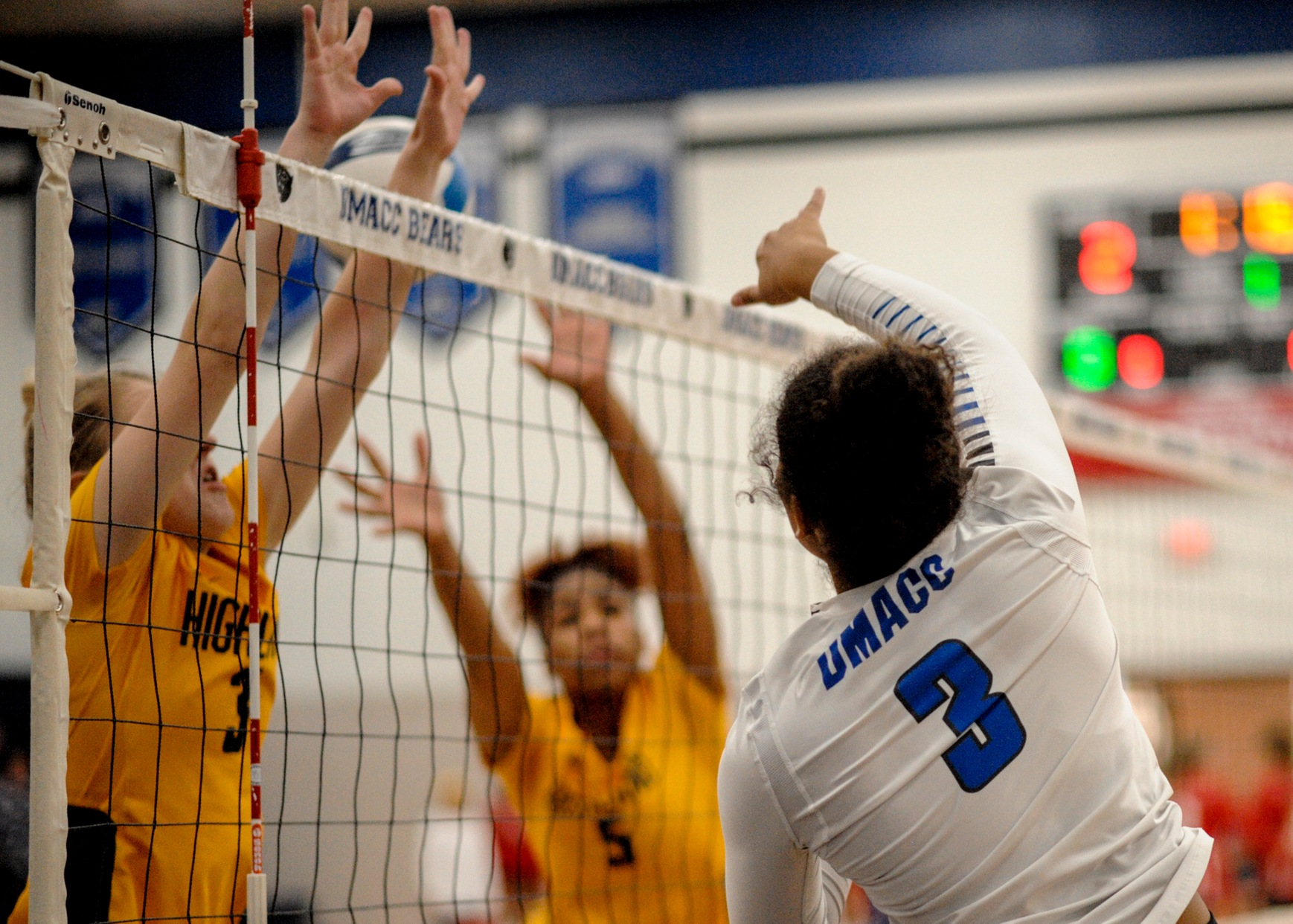 DMACC volleyball team tops Hawkeye