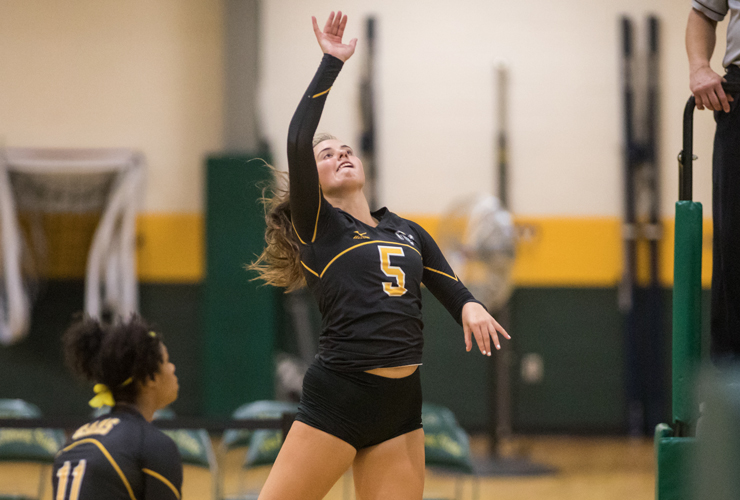 Thomas' 15 Kills Leads Volleyball Past Suffolk 3-0
