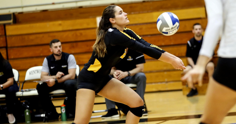 Women's Volleyball Splits Final Matches of Pacific Coast Classic