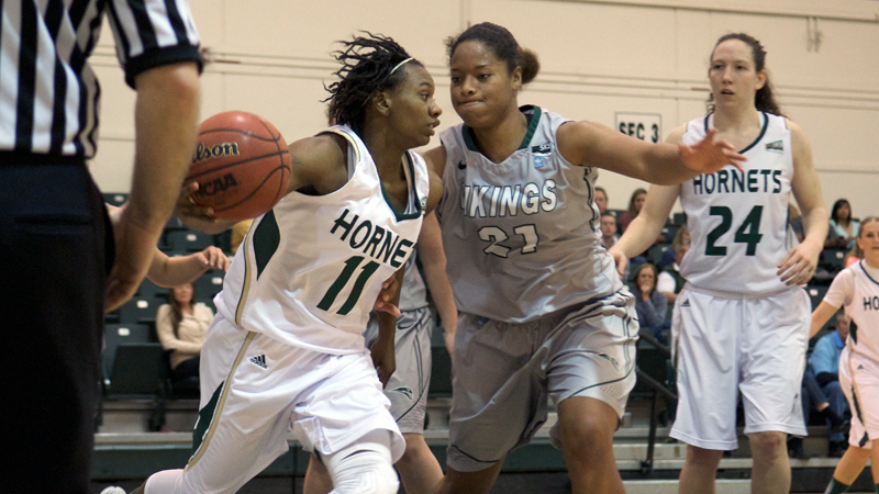 Women's Hoops Falls at Northern Colorado