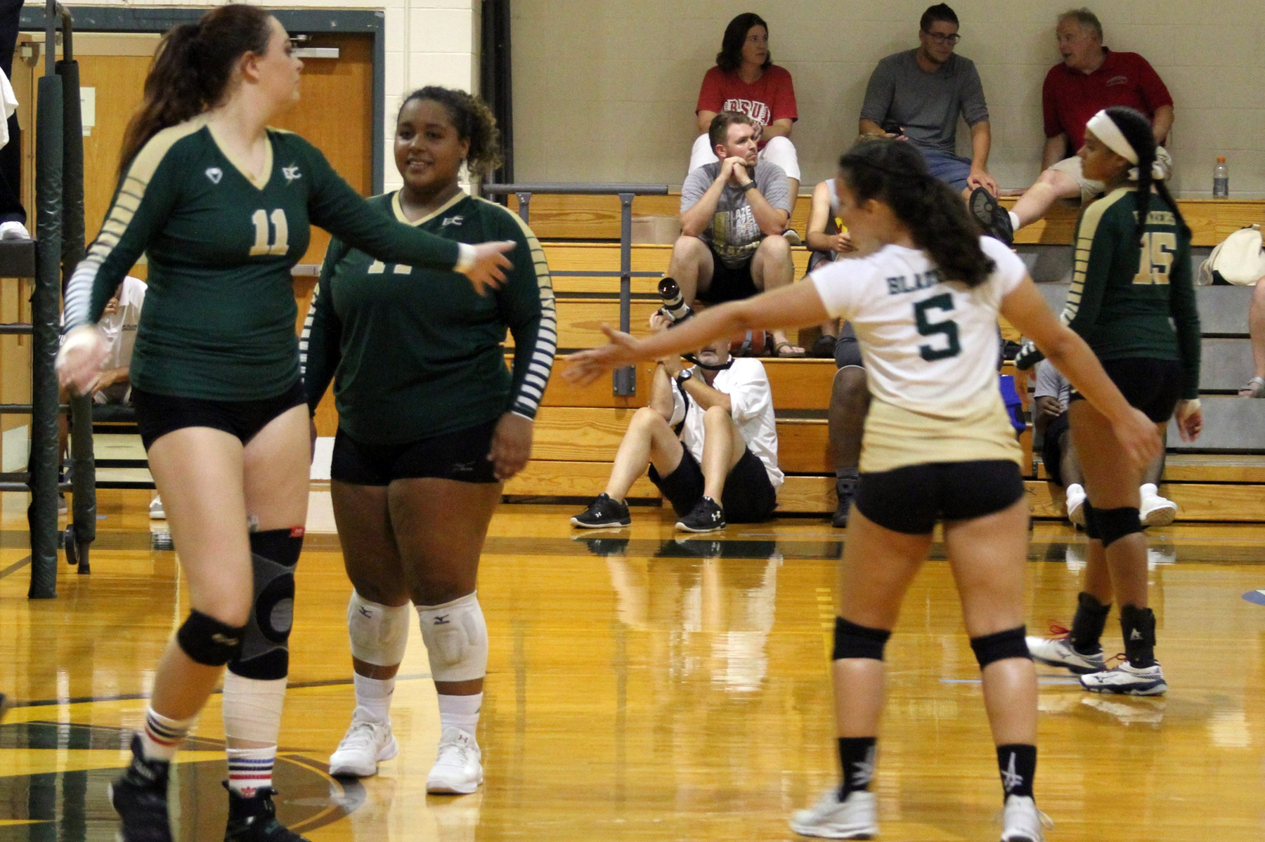 Women's Volleyball Advances To NECC Semis After 3-0 Win Over Dean
