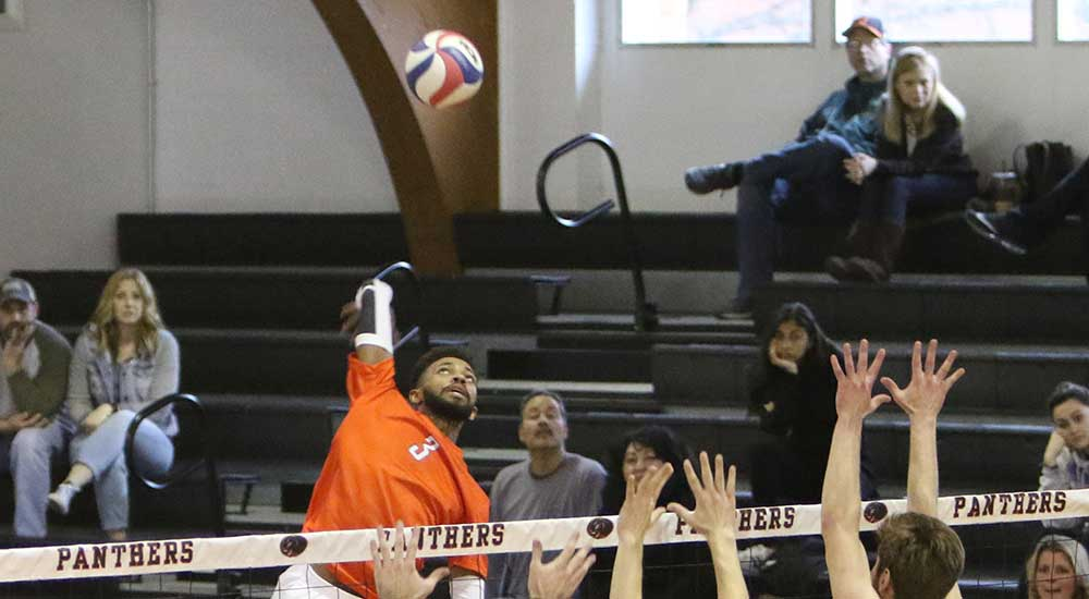 Men's volleyball defeated by Fontbonne in five
