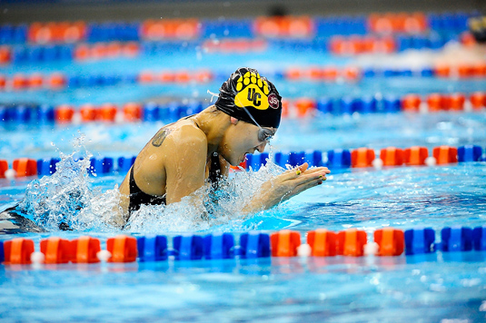 Women's Swimming wins last relay to take victory over Washington, 109-96