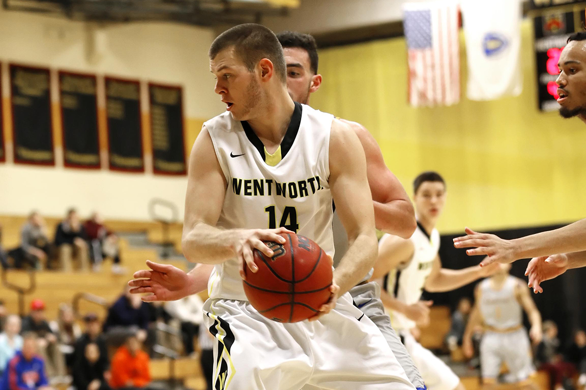 Men's Basketball Pulls Away From Curry to Win League Opener