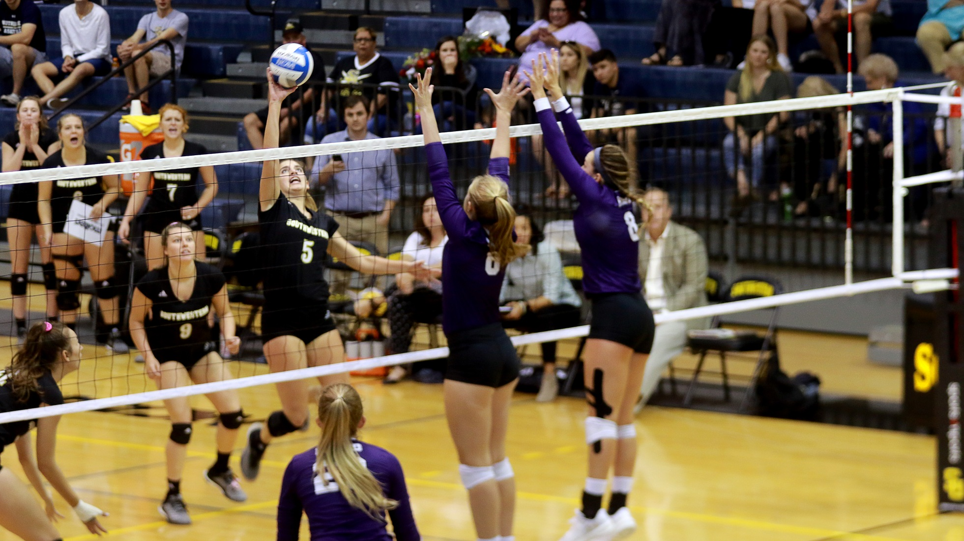 Volleyball Celebrates Seniors, Fall To No. 25 Mary Hardin-Baylor Crusaders