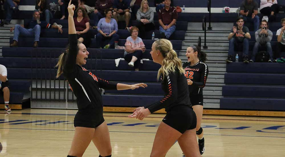 Women's volleyball splits matches at Eureka