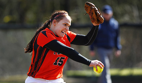 Softball Drops Both Games to #9 Linfield