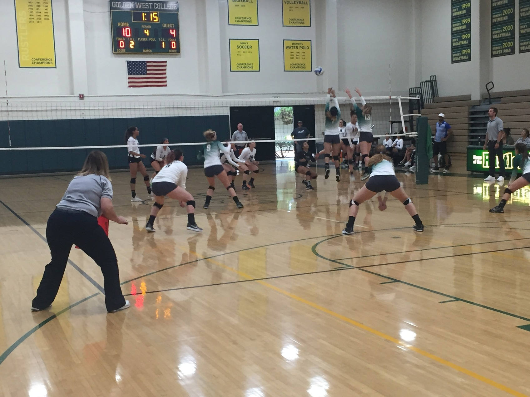 W Volleyball: Win in 5 Sets to Stay Undefeated