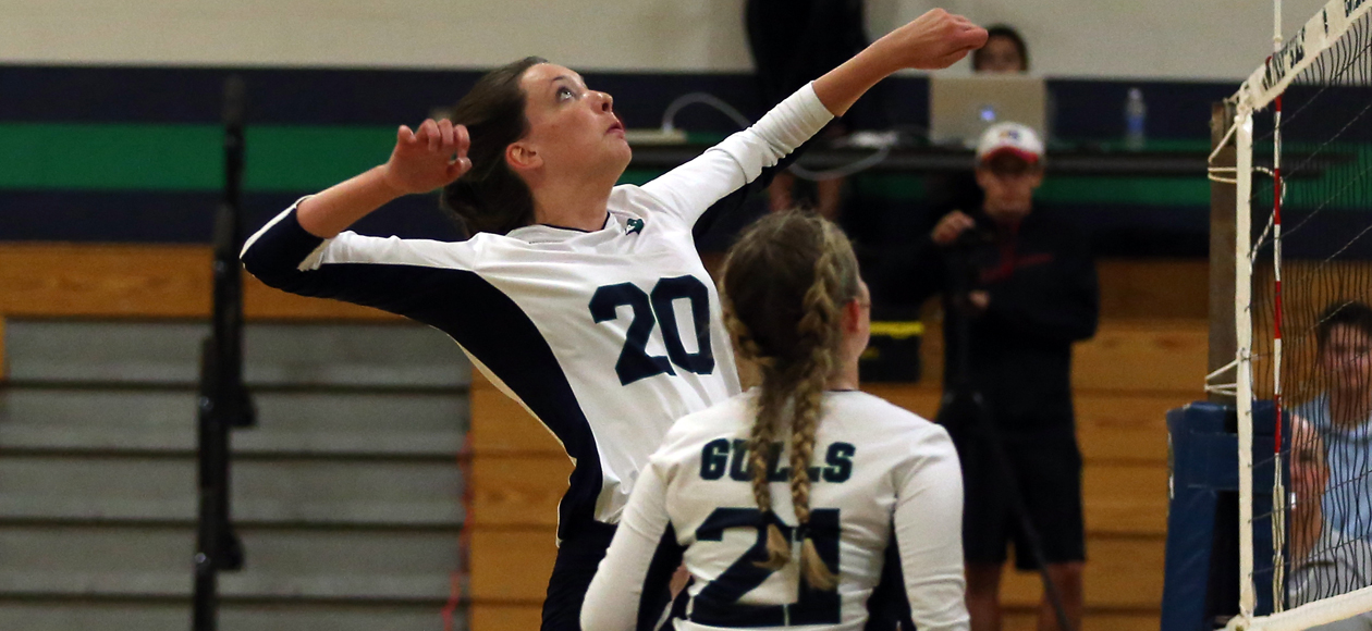 Image of Emily Diezemann attacking a ball in the middle.