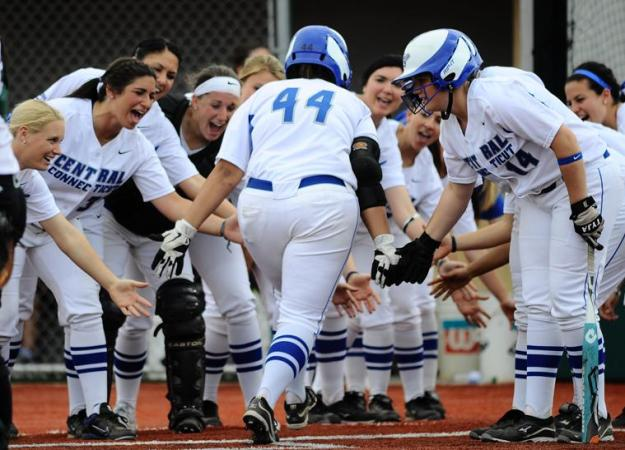 Softball Sweeps St. Francis, 6-2, 7-5