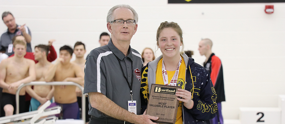 Lexi Blackburn (right) with HCAC commissioner Chris Ragsdale accepting HCAC Diver of the Year honors. (Photo courtesy of Sara Landis, HCAC)