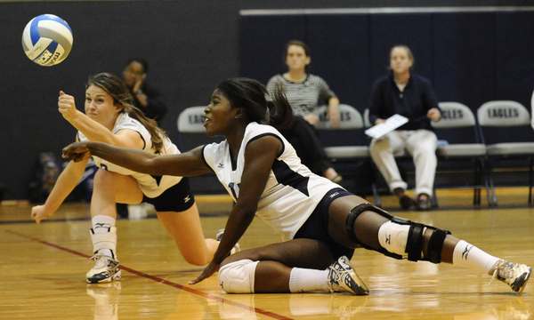 UMW Volleyball Outlasts St. Mary's in CAC Match