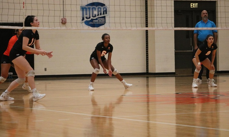 Volleyball Falls in DAC Opener to No. 7 Eastfield