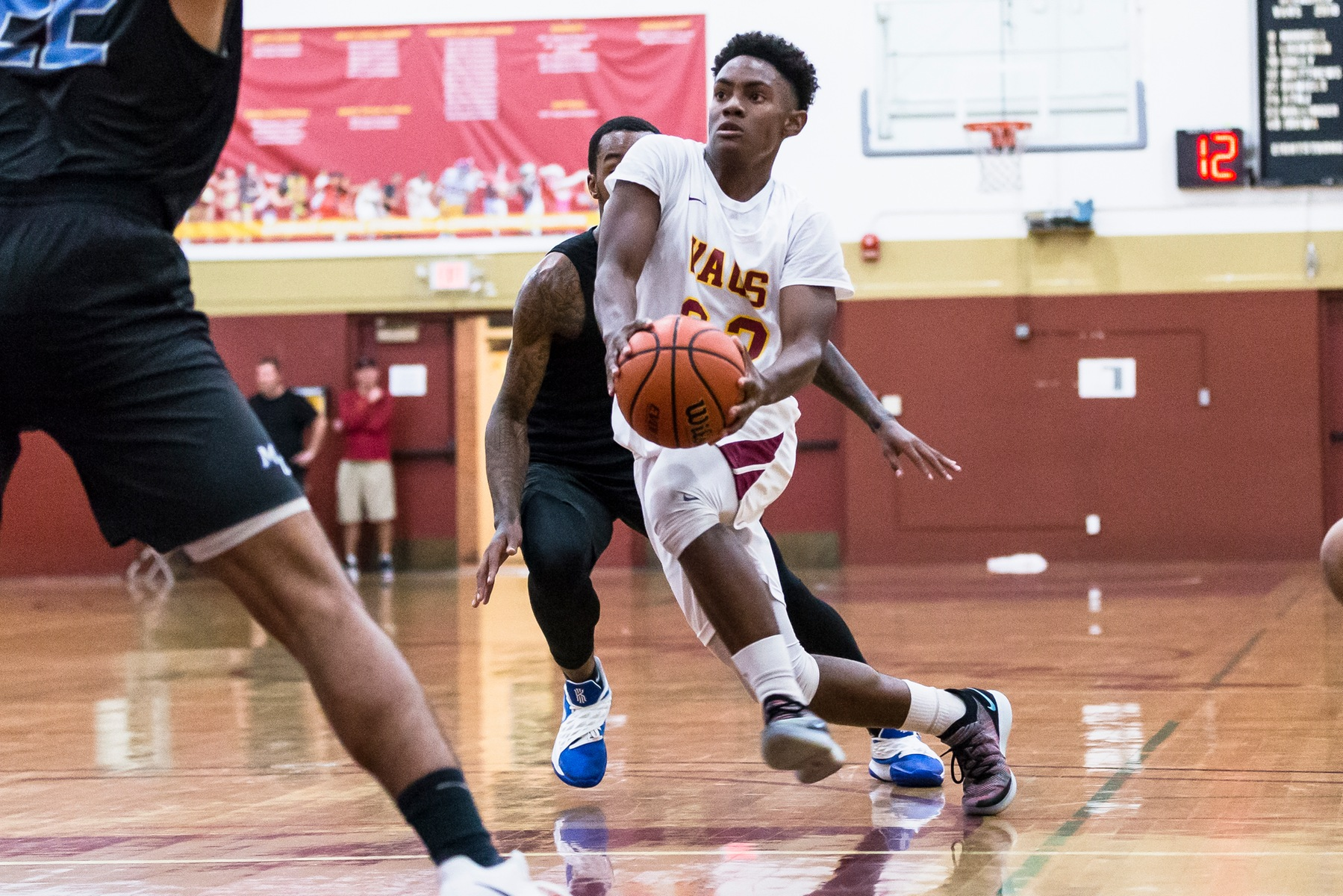 Shorthanded Glendale beats L.A. Valley 67-58 behind 27 points from Isaac Etter