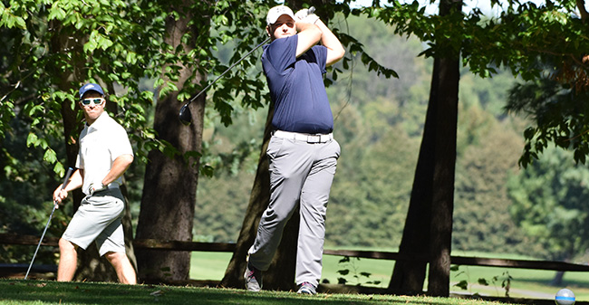 Matt Miksiewicz '18 tees off at the Moravian Fall Invitational at Southmoore Golf Course in September 2017.