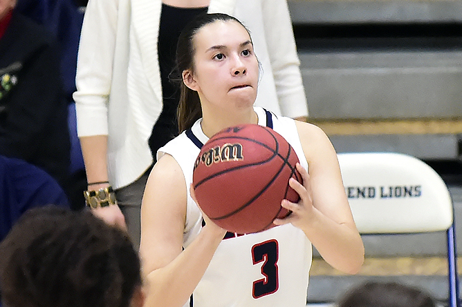 Women's Basketball Cruises Past La Roche