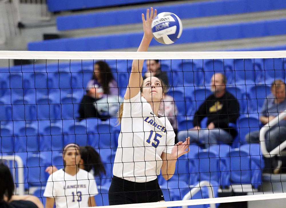 Volleyball Splits on Day Two of Wheaton Invitational