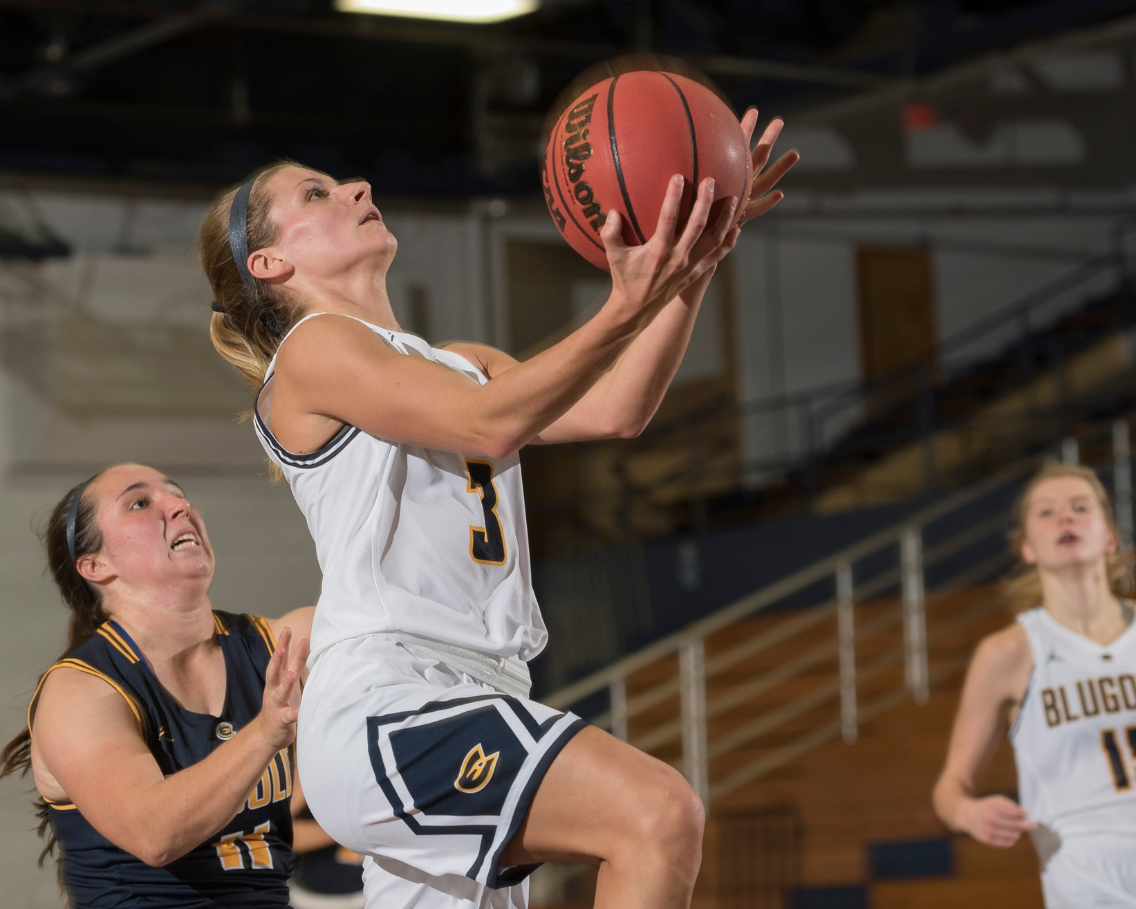 Bakken's 15 and Dunathan's near triple-double give Blugolds win in Texas