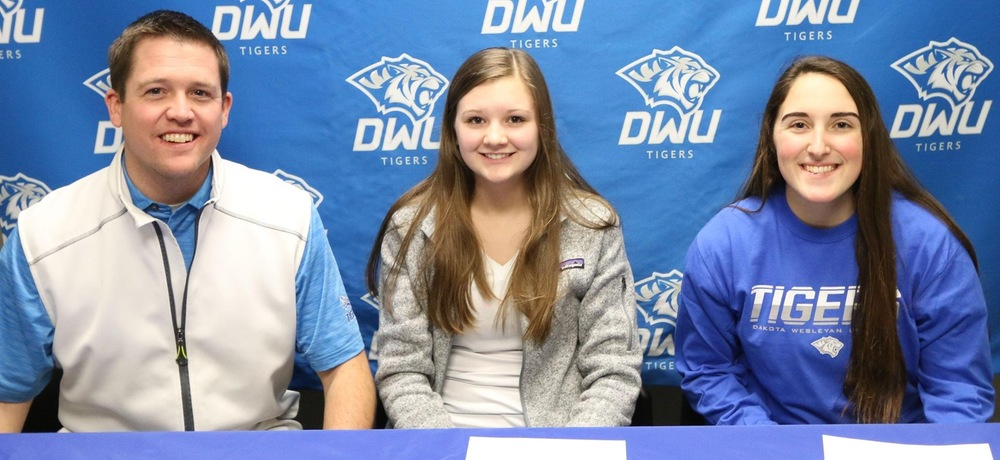 Hoek signs local duo to DWU women's golf team