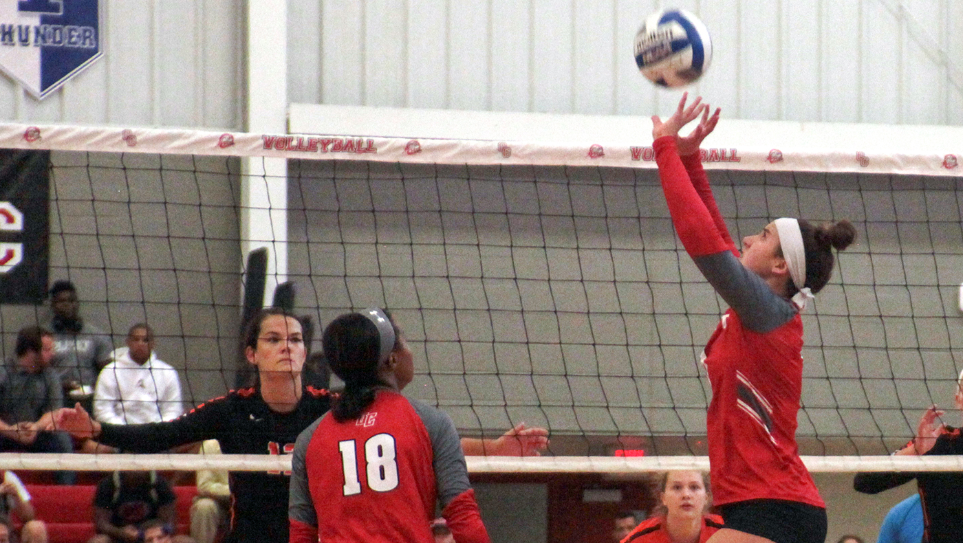 Women's volleyball team splits two matches on first day of Worthington Classic