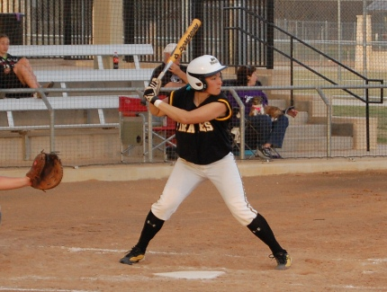 Softball Sweeps Hendrix on Senior Day