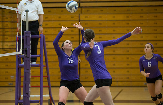 Women's volleyball falls to Middlebury after long layoff, Moore hits milestone