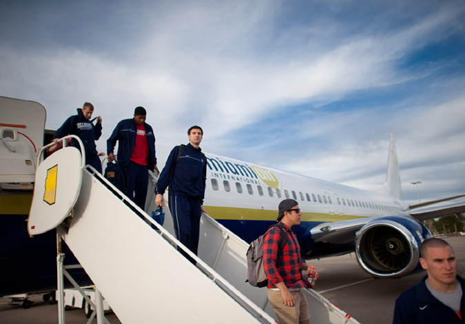 Men's Basketball Arrives in Tucson, Prepares for Wisconsin in NCAA Tournament