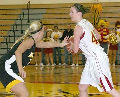 The Bulldogs' Tricia Principe looks over the defense against MTU (Photo by Sandy Gholston)