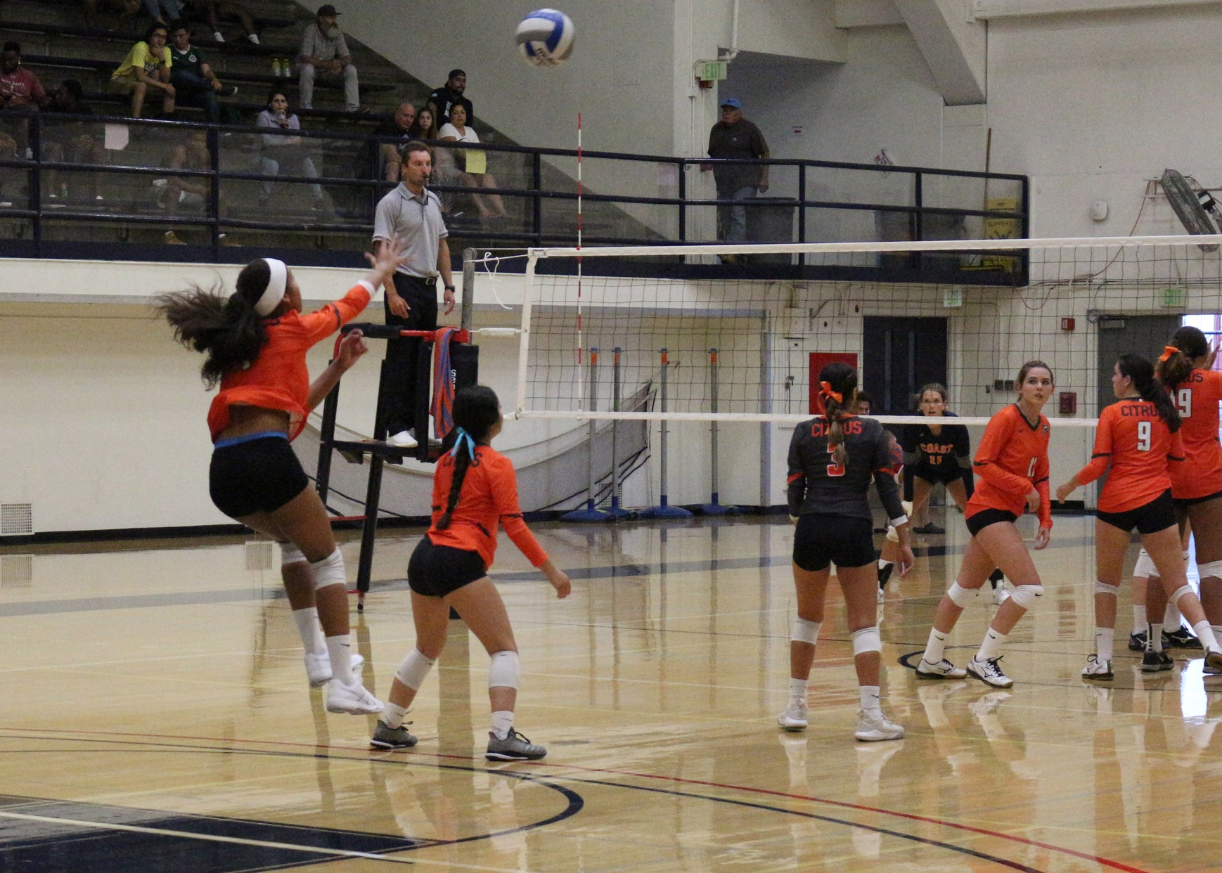 Freshman setter Vanessa Warren serves up a jump floater in Wednesday's match vs Orange Coast. Image: Thomas Garcia