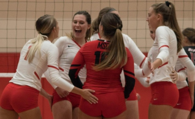 Women's Volleyball Splits Day One at MSOE Invite