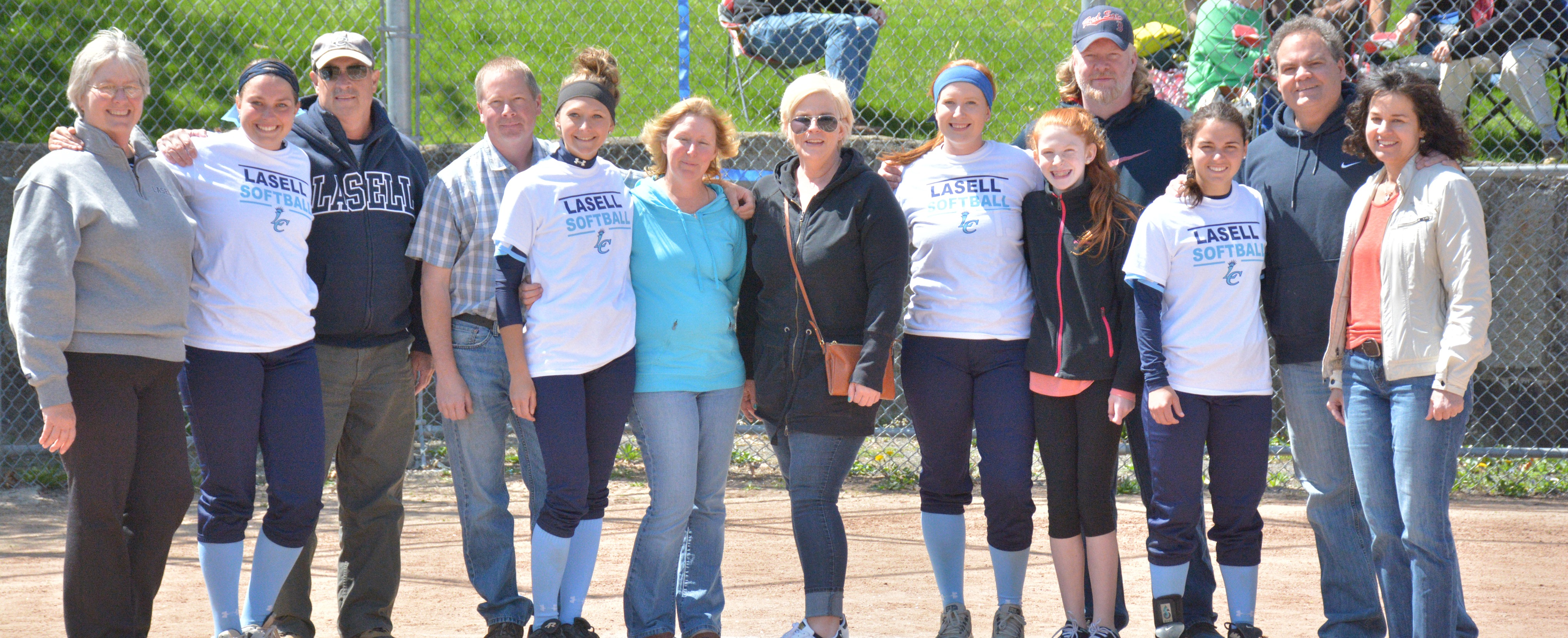 Softball Celebrates Four Seniors in Season Finale