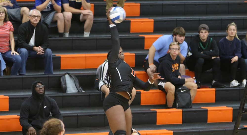 Women's volleyball adds fourth SLIAC victory