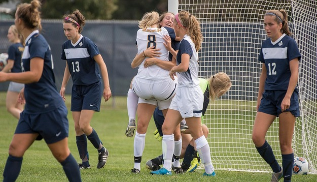 Zoellner leads Blugolds to first win