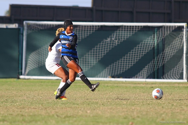 Itzel Ballesteros ties school record with six assists
