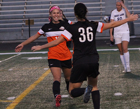 Missy Ward Scores With 5 12 Left To Lift Women S Soccer To A 2 1