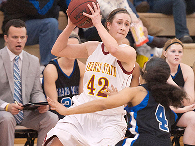 Women's Hoops Drops Narrow Exhibition Tilt