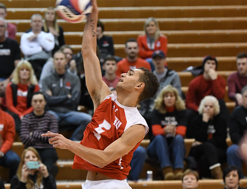 Men's Volleyball Earns Two Key AMCC Road Wins