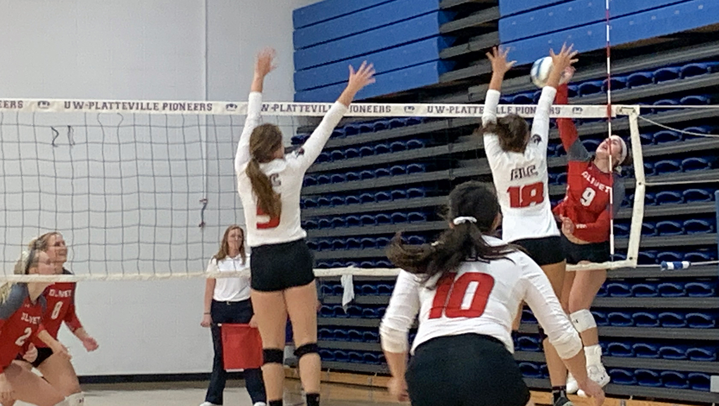 Women's volleyball team splits two five-set matches at UW-Platteville Tournament