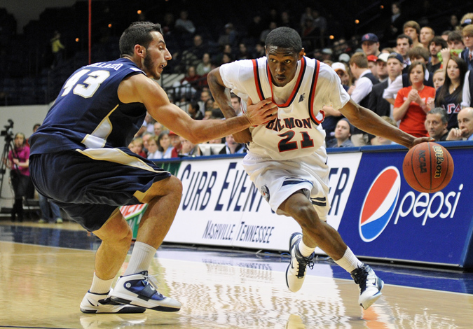 Men's Basketball Defeats ETSU