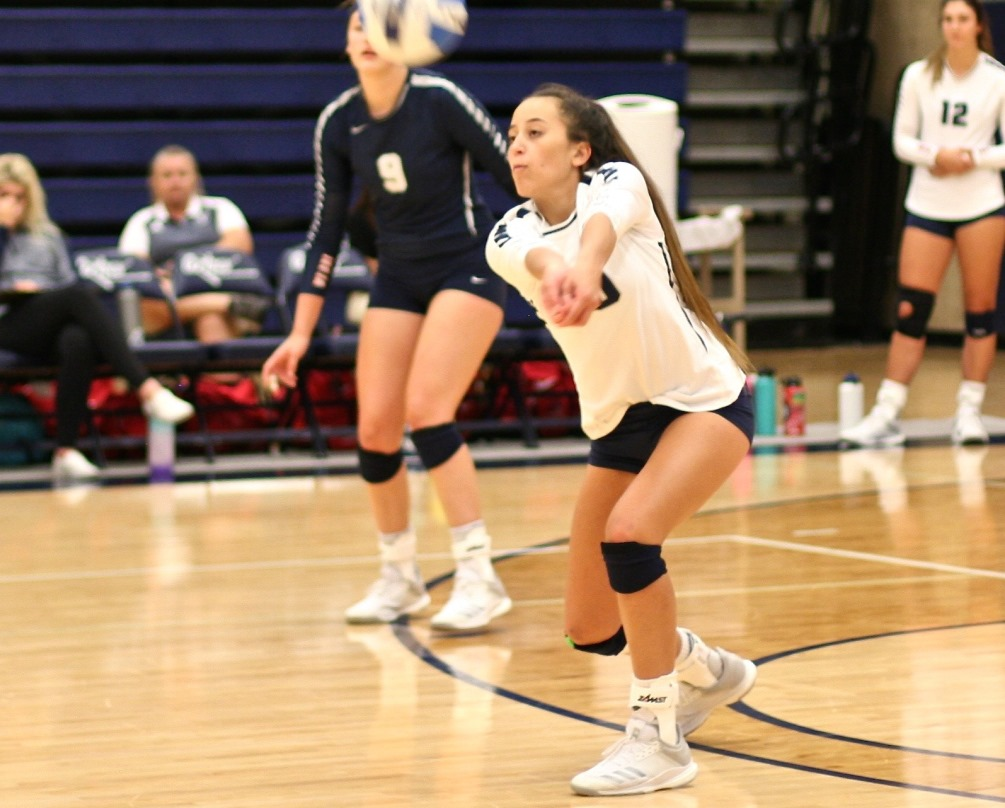 Freshman Jade Romine (Canyon del Oro HS) finished the match with 14 kills but the Aztecs dropped their first ACCAC conference match against No. 6 Glendale Community College in four sets. The Aztecs are now 6-6 overall and 3-1 in ACCAC. Photo by Stephanie Van Latum