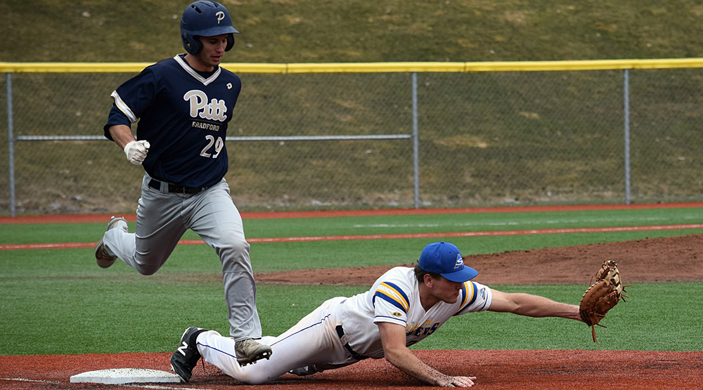 Alfred State playing baseball against AMCC member Pitt-Bradford