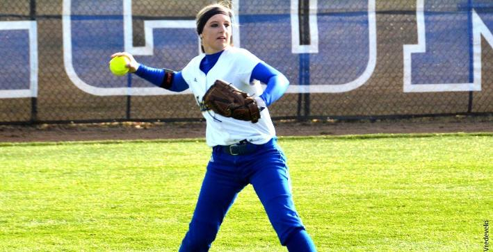 Softball splits on opening day of Florida trip