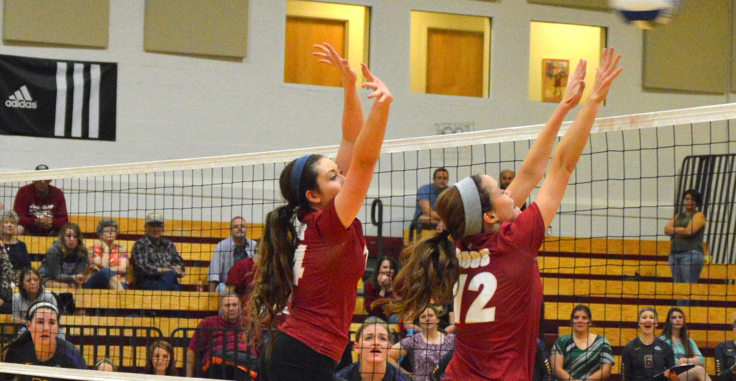 Volleyball Splits with No. 19 Hendrix and Cortland