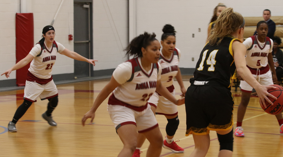 Women's Basketball Clipped by Rams