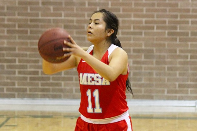 Lynnae Mitchell scored 15 points tonight at Tohono O'odham. (Photo by Aaron Webster)