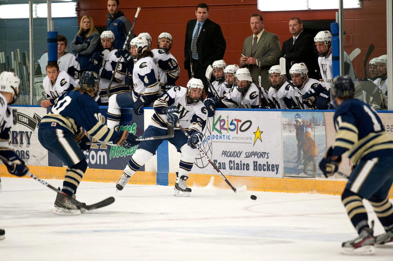 Men's Hockey Sweeps River Falls and Heads to Semifinals