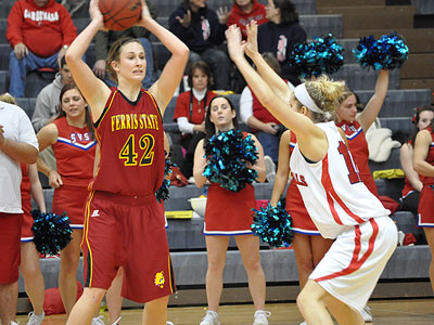 FSU's Tricia Principe looks for an open teammate at SVSU (Photo by Rob Bentley)