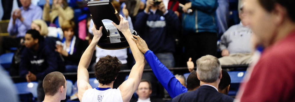 Selig hoisting trophy - 2009 Final Four