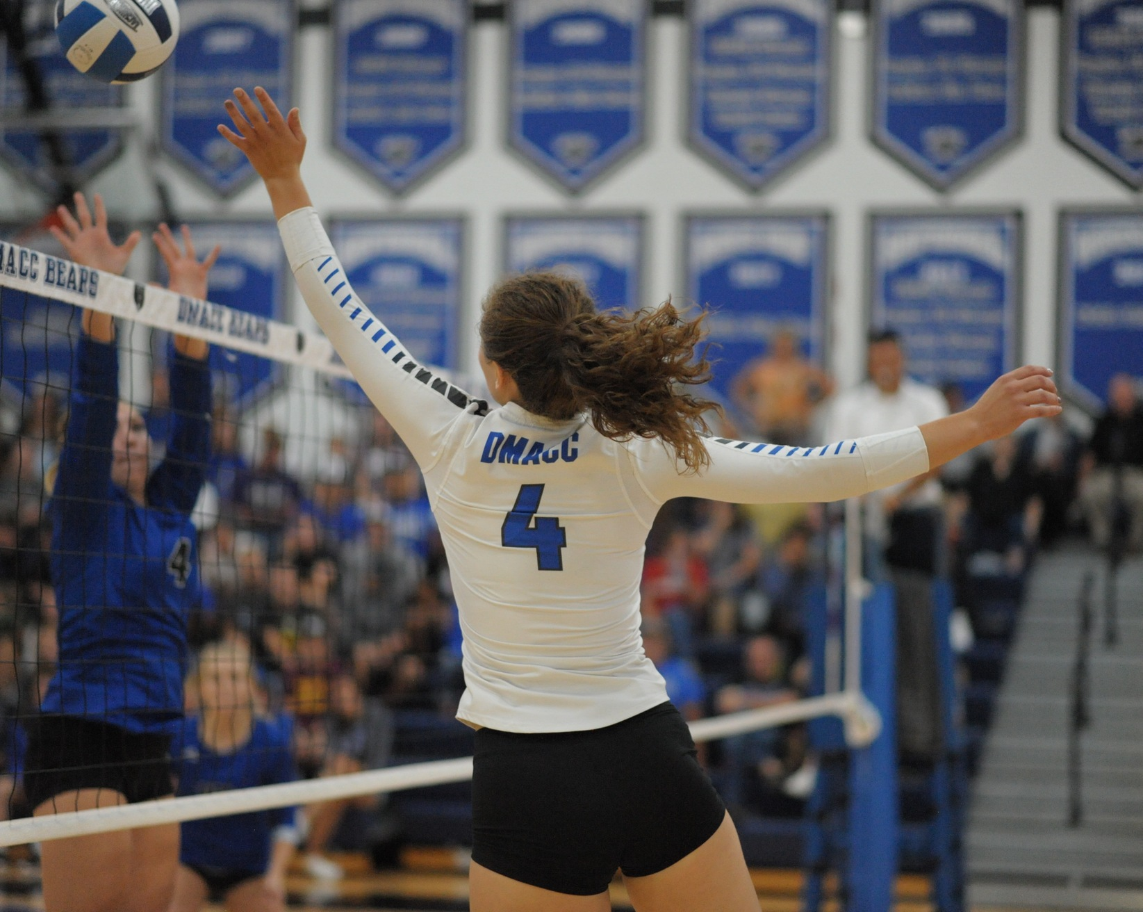 DMACC volleyball team splits four matches in DMACC Invitational