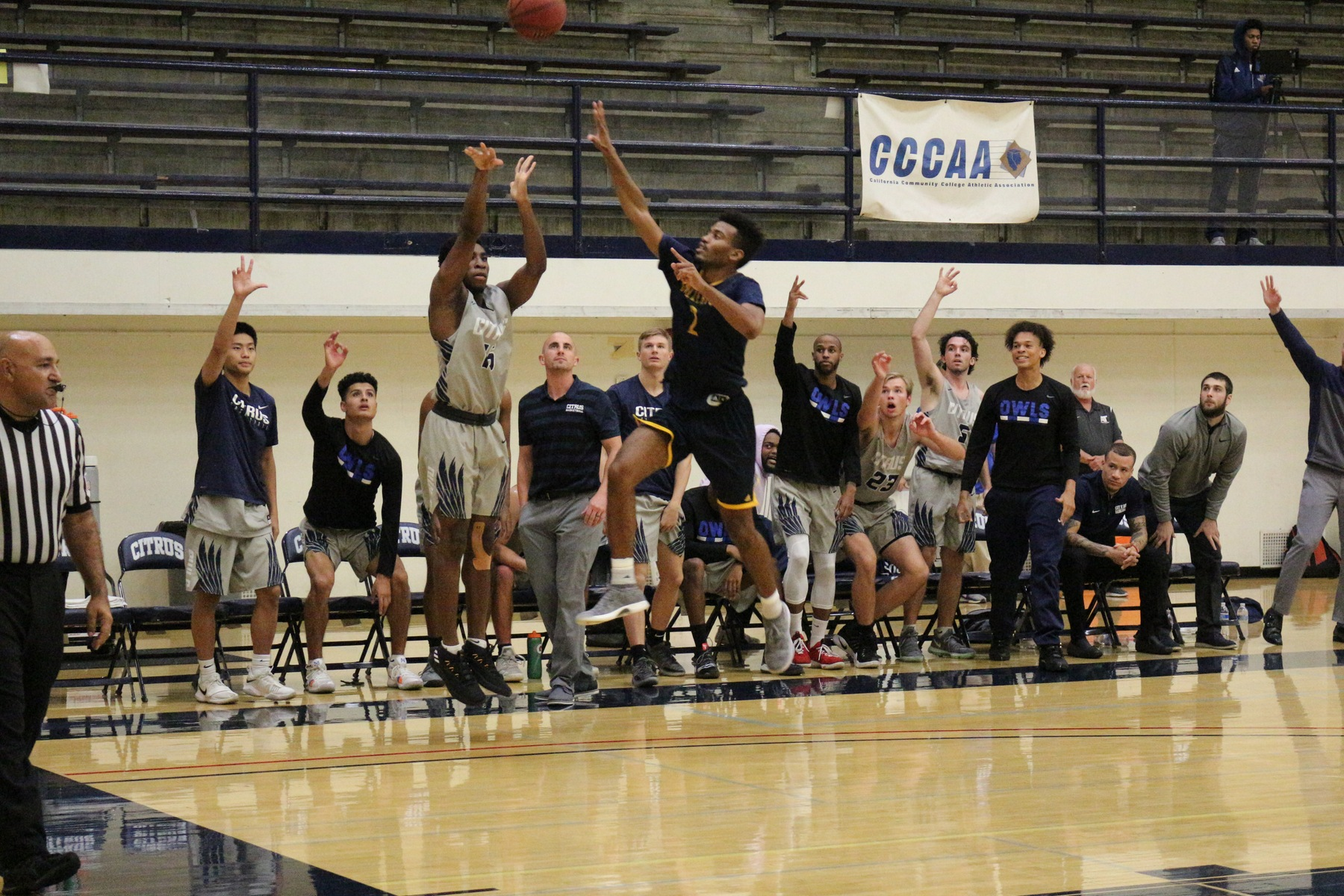 Psalm Maduakor lights up a three pointer, much to the pleasure of his teammates. Image: Andrew Wheeler